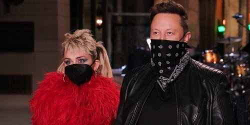 After filming SNL, Elon Musk and Grimes reportedly went to a crypto-themed afterparty where servers dressed as aliens handed out Dogecoin cupcakes