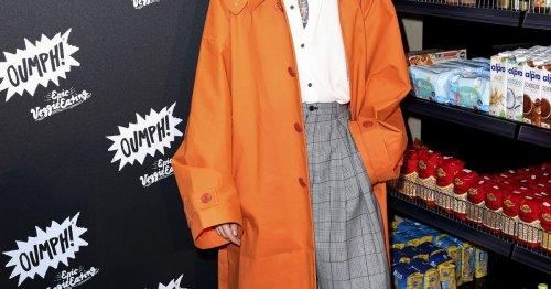 Mut zur Farbe: Bill Kaulitz zeigt, wie stylisch ein bunter Trenchcoat sein kann