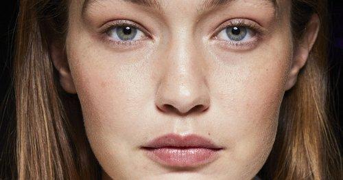 Ich liebe diesen schwarzen Lippenstift von Clinique – er verändert seine Farbe auf den Lippen