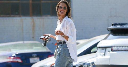 Ideal für den Sommer: Der lässige Jeans-Trend von Model Alessandra Ambrosio
