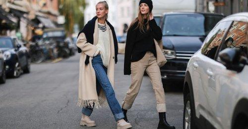 Das sind die 7 schönsten Jeans-Pulli-Kombis für Herbst und Winter