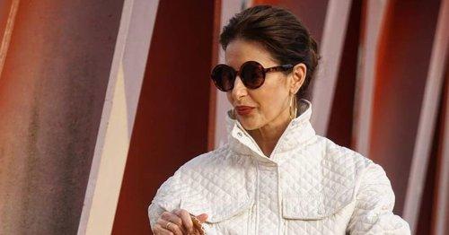 Para no aburrirte de la camisa blanca, ten en tu radar el look de Pilar Arce, que actualiza el básico con una de las tendencias de la primavera