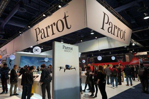 今年は全翼機型ドローンが個人でも買える……! 動画で見る迫力のParrotアクロバティック飛行ショーは必見