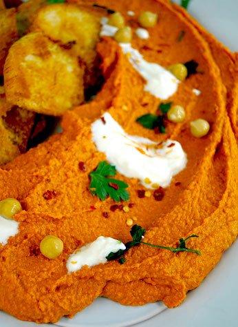 Pita-Chips und Paprikahummus