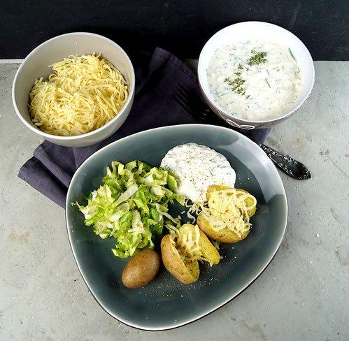 Endiviensalat und Kartoffeln mit Frühlingsquark