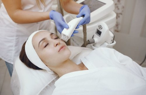 Striding ahead in turning back the clock: Non-invasive cosmetic treatments