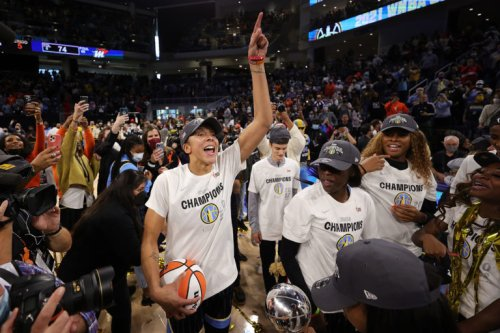WNBA champions Chicago Sky met with applause at Bulls home opener