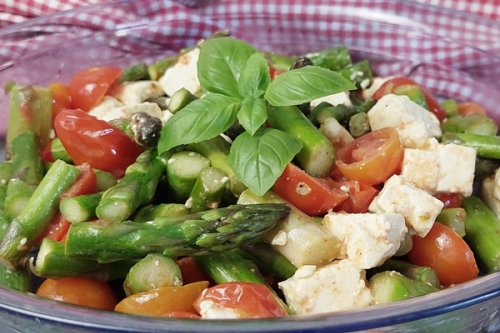 Warmer Spargelsalat: Grüner Spargel mit Feta und Tomaten