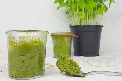 Grünes Pesto selber machen - das perfekte Keto Pesto