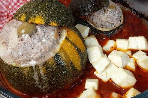Gefüllte Zucchini mediterran mit Hack, Oliven und Parmesan