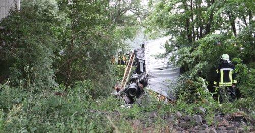 Sattelschlepper stürzt von Brücke: Taucher suchen Fahrer