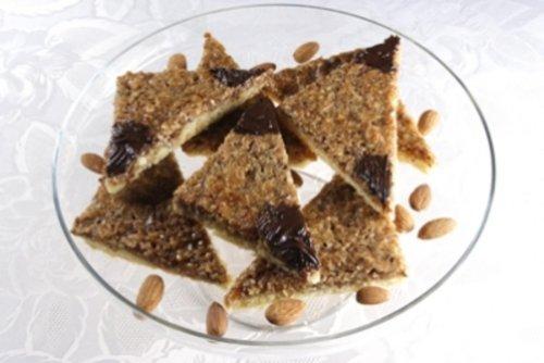 Nussecken Süß, nussig, lecker :-) Ich mache mir aber immer das doppelte Rezept für ein Blech! - Rezept mit Bild