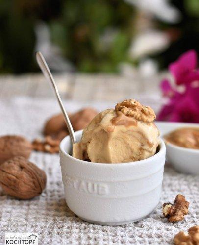 Hausgemachtes Dulce de Leche-Walnuss-Eis – schmeckt an heissen & kalten Tagen!