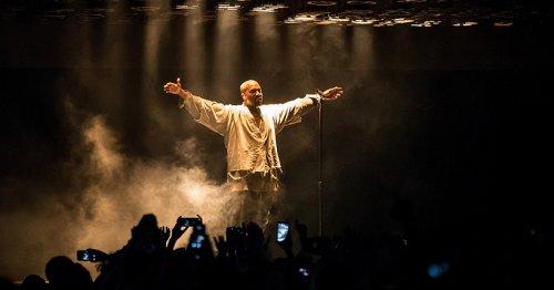 """Kanye West performe """"Donda"""" lors d'une écoute dans un stade d'Atlanta complet"""
