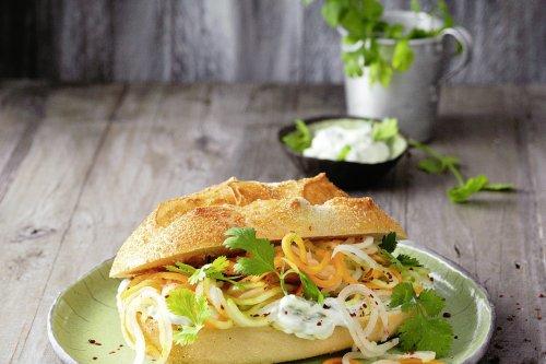 Bánh mì mit eingelegten Gemüsenudeln | Spiralschneider