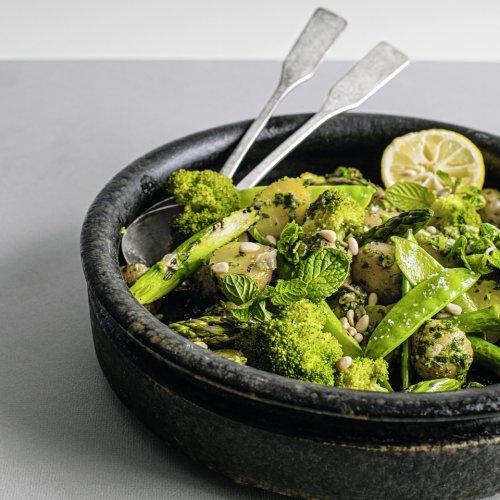 Lauwarmer Kartoffelsalat mit grünem Gemüse und Pesto