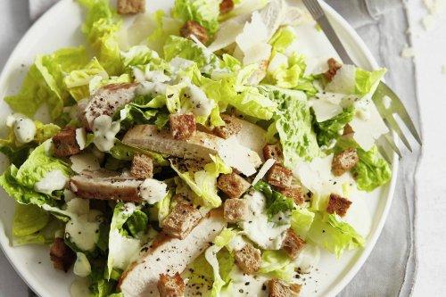 Leichter Ceasar Salad mit Hähnchenbrust
