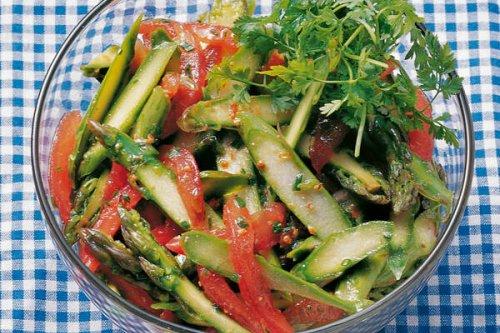 Grüner-Spargel-Salat mit Tomaten