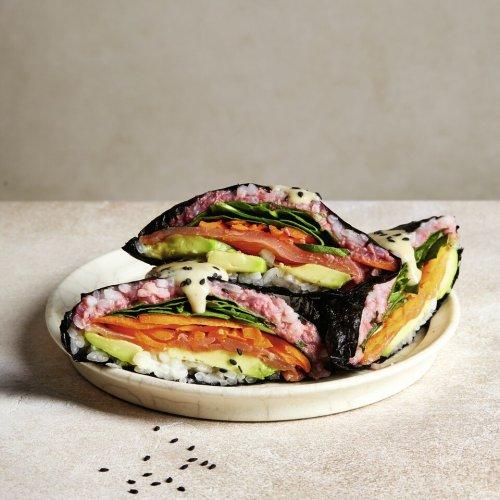Lachs-Onigirazu japanische Sushi-Sandwiches