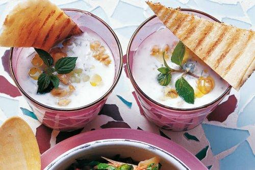 Kalte Gurkensuppe mit Walnüssen