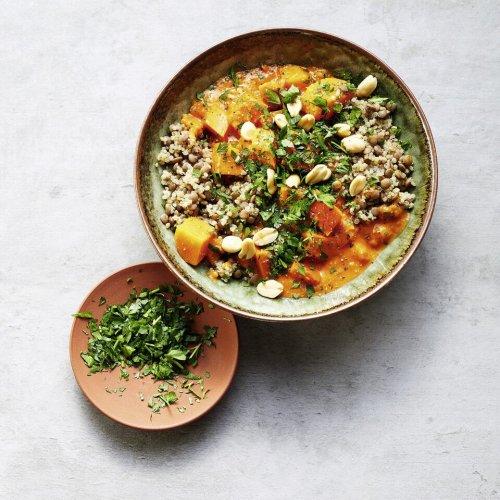 Kürbis-Tomaten-Curry mit Linsen-Quinoa-Mix und Erdnüssen
