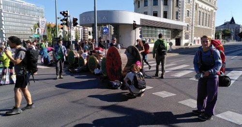 Klimaaktivisten blockieren Verkehr in Wiener Innenstadt