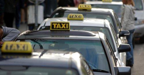Das Taxischild wird langsam abmontiert