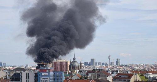 Großeinsatz der Feuerwehr nach Dachbrand in Wien-Mariahilf