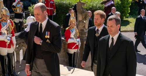 """""""Charles sah gebrochen aus"""": Prinz Philip engagierte versteckten Fotografen für Beerdigung"""