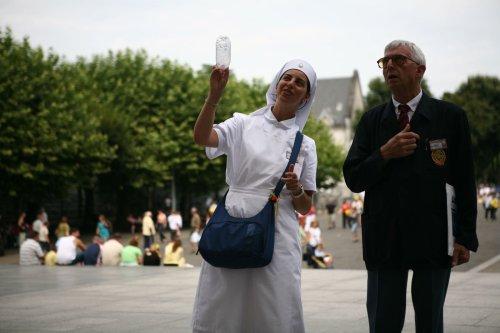 Des déconvenues financières n'entament pas le moral des pèlerins italiens de Lourdes
