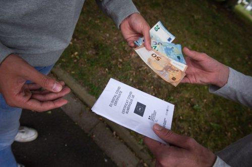 Covid-19 : des milliers de faux passes sanitaires, 3e dose aux États-Unis, Guadeloupe… Le récap' du 23 septembre