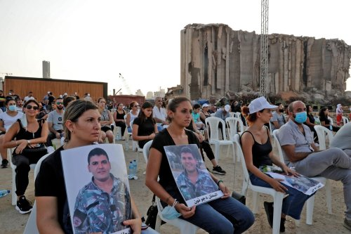 « On n'a pas pu la voir dans son cercueil »: à Beyrouth, la douleur et la colère des Libanais recueillis