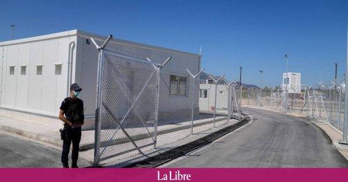 """La France va-t-elle prendre exemple sur le """"modèle grec"""" des camps fermés ?"""