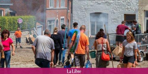 """A Dinant aussi, de nombreux Belges sont venus apporter leur aide aux sinistrés: """"Les images qu'on a pu voir nous ont vraiment touchés"""""""