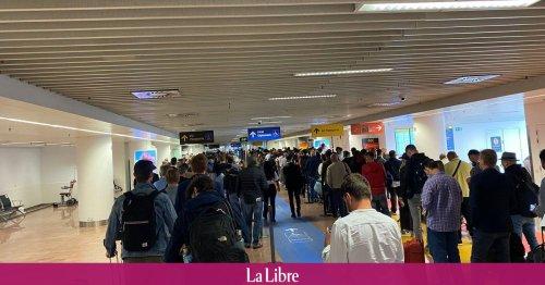 """Des centaines de passagers bloqués des heures à Zaventem: """"Des conditions parfaites pour attraper le Covid"""""""