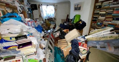 Inside the hoarder's home so full of books it's being 'sold as seen'