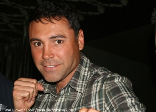 Oscar De La Hoya's return fight pushed back