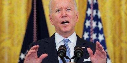 """Les Etats-Unis retrouvent leur niveau de PIB d'avant-crise et sont """"à nouveau en marche"""", dit Biden"""
