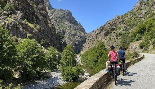 Slow tourisme : ils sillonnent les routes de Corse à vélo électrique
