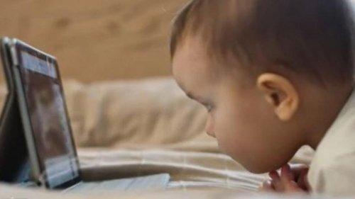 VIDÉO - Les écrans, un vrai danger pour les jeunes enfants