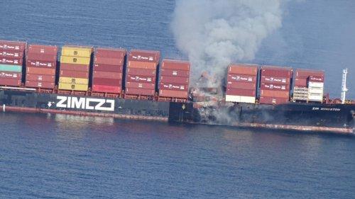 Pollution : un porte-conteneurs transportant des produits chimiques, en flamme au large du Canada