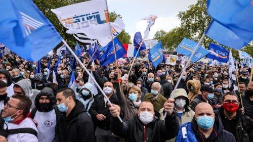 """""""Même infraction, même sanction"""" : après la gifle d'Emmanuel Macron, les policiers montent au créneau"""