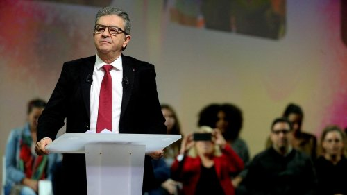 """Présidentielle - """"Il est entré par effraction, il veut y rester par dissimulation"""" : à Reims, Mélenchon cible Macron"""