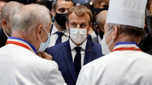 """""""S'il a un truc à me dire, qu'il vienne"""" : Emmanuel Macron réagit après un jet d'œuf dans sa direction"""