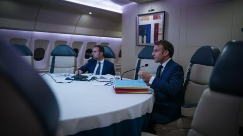 PHOTO - Emmanuel Macron préside un conseil des ministres depuis son avion, un fait inédit
