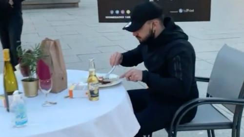 Vidéo : un homme filmé en train de manger sur la table d'un restaurant de la place Kléber