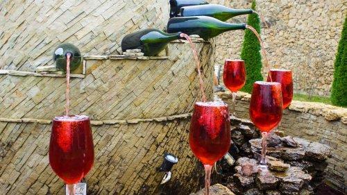 Une fontaine à vin gratuite et illimitée installée dans un petit village italien
