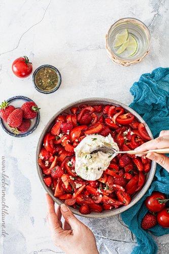 Tomaten-Erdbeer-Salat mit Burrata