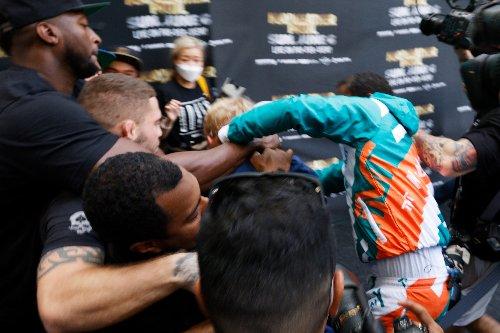 Boxe: l'ancien champion du monde Mayweather et Logan Paul, star de YouTube se battent pendant une séance photo pré-combat
