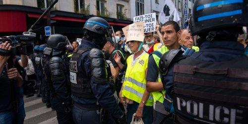 Passe sanitaire : face aux manifestants, la prudence du gouvernement